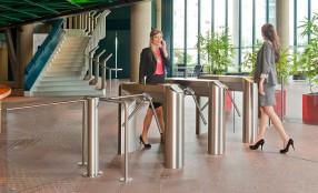 Gestione dei flussi di persone nelle hall di ingresso aziendali: impianti di design ad alta sicurezza